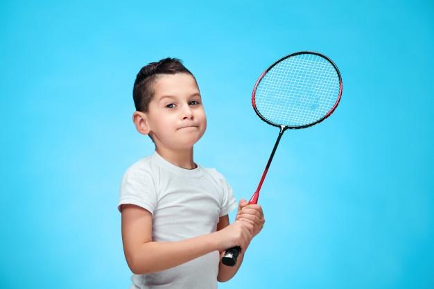 dreng med badmintonketcher